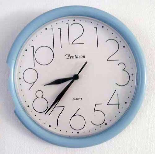 """Clock """"neuf heures moins vingth""""!"""